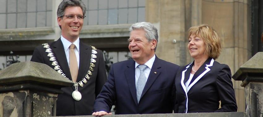 Joachim Gauck mit Partnerin und Marcel Philipps