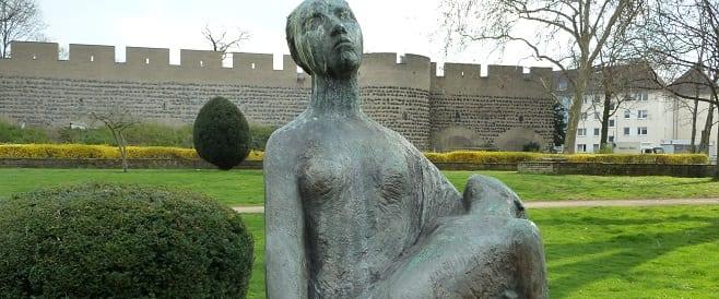 Frau mit totem Kind – Mahnmal in Köln