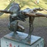 turnende Kinder im Volkspark Friedrichshain