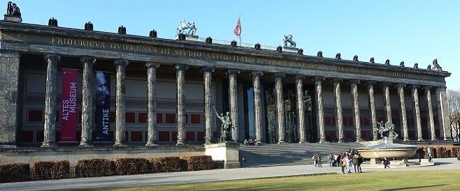Altes Museum im Lustgarten mit Granitschale von Christian Gottlieb Cantian