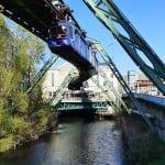 Schwebebahn über der Wupper in Elberfeld